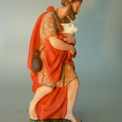 Berger portant un mouton