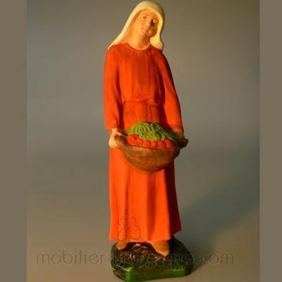 Bergère tenant dans ses mains un panier de fruits