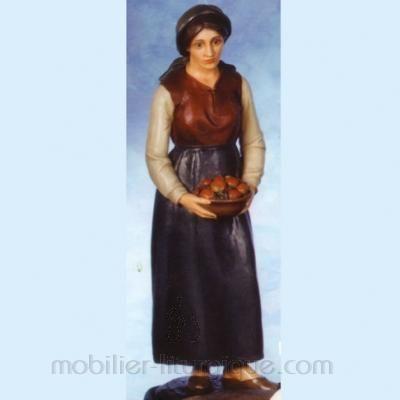 Femme portant un panier de fruits