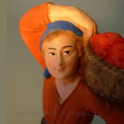 Femme portant un panier