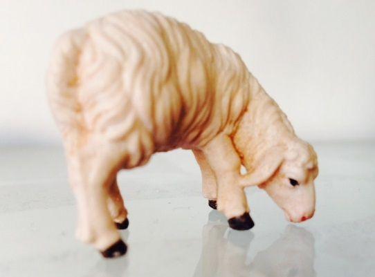 Mouton broutant, en bois coloré
