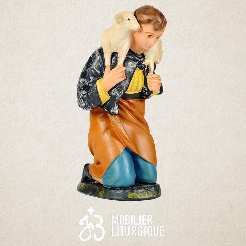 Personnage de crèche : Berger portant un mouton, en plâtre coloré