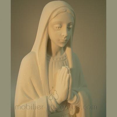 Statue de la Vierge en prière